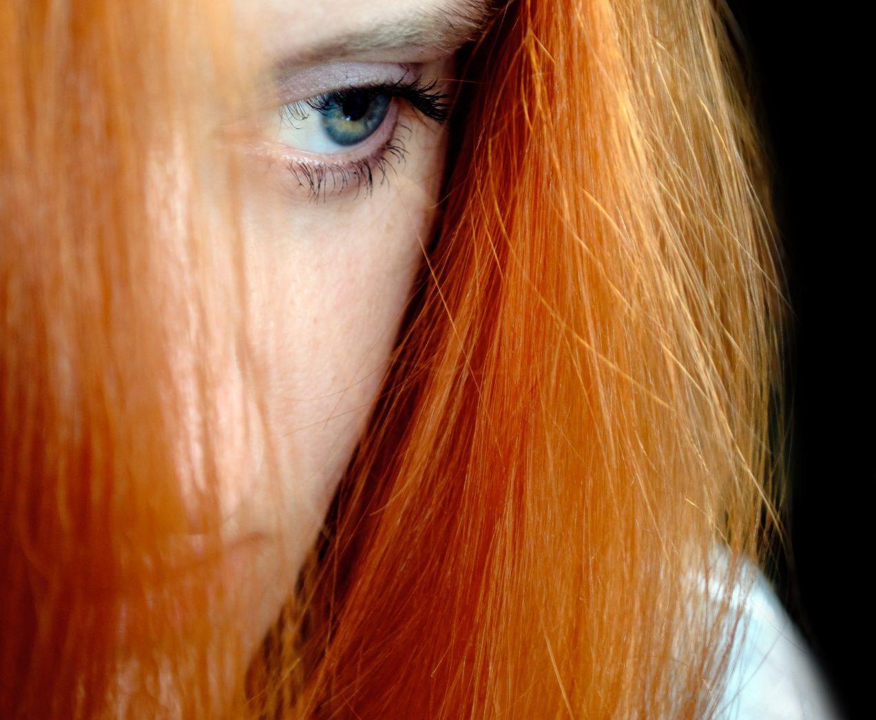 Jeune femme découragée par la critique