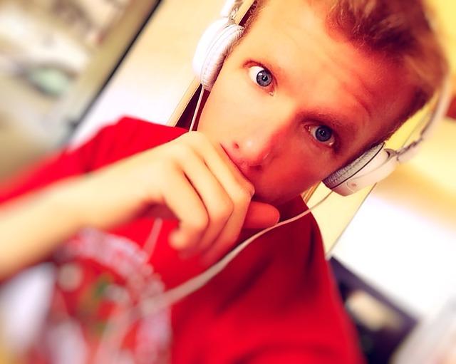 Un jeune homme qui écoute la radio
